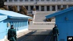 在南北韩非军事区站岗的韩国士兵,其中一人站在不容易被火力击中的位置