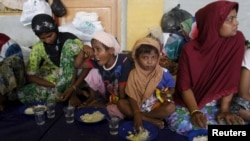 Para migran Muslim Rohingya yang berhasil diselamatkan, ditampung di sebuah penampungan di Lhoksukon, Aceh, Selasa (12/5).