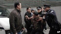 一名男子在上海的茉莉花革命集会地点被警察逮捕