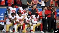 2017年12月31日,在洛杉矶举行的旧金山49人队对阵洛杉矶公羊队的比赛前奏唱国歌时,49人队的一些球员单膝跪地以示抗议。