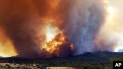 Este lunes bomberos de Estados Unidos y Canadá lucharon intensamente contra los incendios forestales.