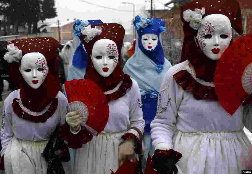 마케도니아 수도 스콥제 남부의 베브카니 마을에서 열린 축제에 주민들이 가면을 쓴 채 참가했다.