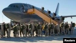 Các thành viên lực lượng vũ trang Canada từ 4 Wing Cold Lake, Alberta, khởi hành cho chiến dịch quân sự, ngày 22/10/2014.