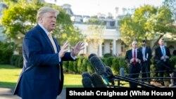 Rais Donald Trump akiongea na waandishi wa habari White House Octoba 11, 2019.