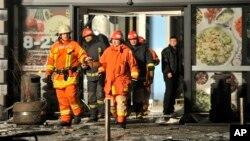 """Regu penolong tiba di pasar swalayan """"Maxima"""" yang dilaporkan ambruk atapnya di kota Riga, Latvia Kamis (21/11)."""