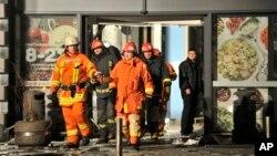 救援人员11月21日抵达坍塌的拉脱维亚超市