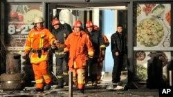 21일 북유럽 라트비아의 한 슈퍼마켓 건물이 무너져 내린 가운데 구조대원들이 현장에 출동했다.