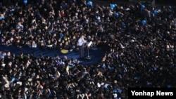 한국 대통령 선거를 하루 앞둔 8일 오후 더불어민주당 문재인 대선후보가 서울 광화문 광장에서 지지를 호소하고 있다.