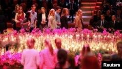 Thân nhân và bạn bè của các nạn nhân chuyến bay MH17 tới dự lễ tưởng niệm các nạn nhân tại Trung tâm Hội nghị RAI ở Amsterdam 10/11/2014.