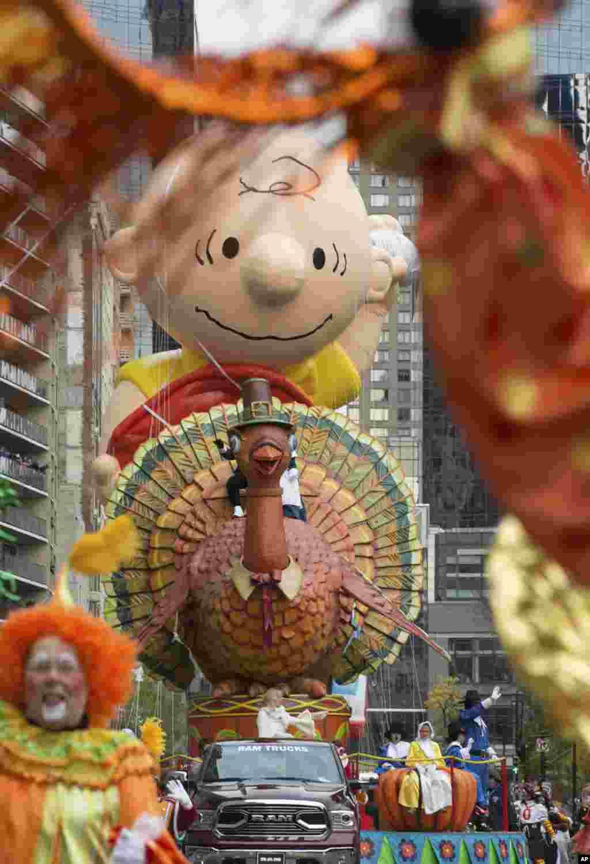 تصویری از یک بالن به شکل بوقلمون در مراسم رژه روز شکرگزاری در نیویورک.