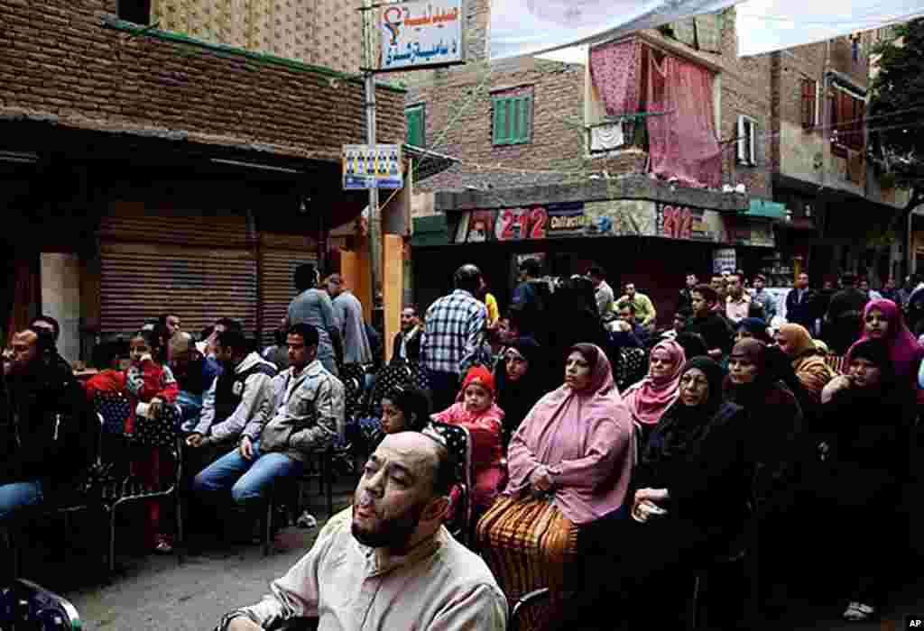 Cairo residents listen to Muslim Brotherhood candidates for parliamentary elections, Egypt, November 26, 2011. (VOA - Y. Weeks)