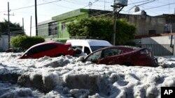 Funcionarios de Guadalajara, la segunda ciudad más grande de México, dicen que la tormenta de granizo ha dañado varias de viviendas.