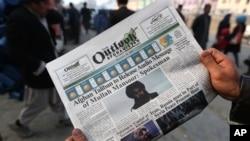 Sebuah surat kabar lokal dengan foto pemimpin Taliban Afghanistan, Mullah Akhtas Mansoor. Kabul, Afghanistan. (AP Photo/Rahmat Gul)