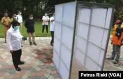 Bilik steriliasi tipe tunnel sedang dibuat dan akan diletakkan di RSUD Dr. Soetomo (Foto: VOA/ Petrus Riski)