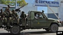 Lực lượng an ninh Somalia bảo vệ cổng vào khách sạn có tên Central Hotel, gần Phủ tổng thống hôm 20/2.