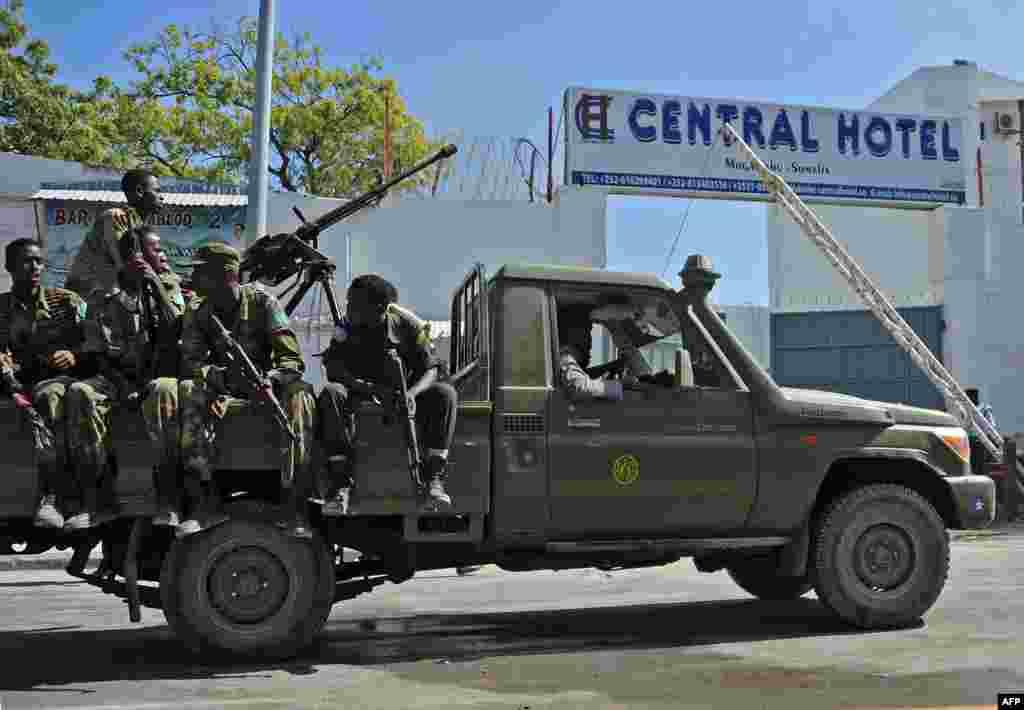 نيروهای امنيتی سومالی در بيرون هتل سانترال در نزديکی کاخ رياست جمهوری در موگاديشو