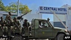 Majeshi ya usalama ya Somalia yakifanya doria nje ya mlango wa Central Hotel, huko Mogadishu, Feb. 20, 2015.
