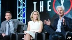 """Los actores David Duchovny y Gillian Anderson, además del creador y productor ejecutivo de la serie, Chris Carter, participan en el panel de """"The X Files"""" en el Fox Winter TCA el viernes 15 de enero de 2016, en Pasadena, California."""