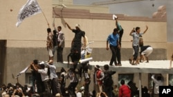 Ratusan demonstran Yaman menyerbu Kedutaan AS di ibukota Yaman, Sanaa, hari Kamis (13/9).