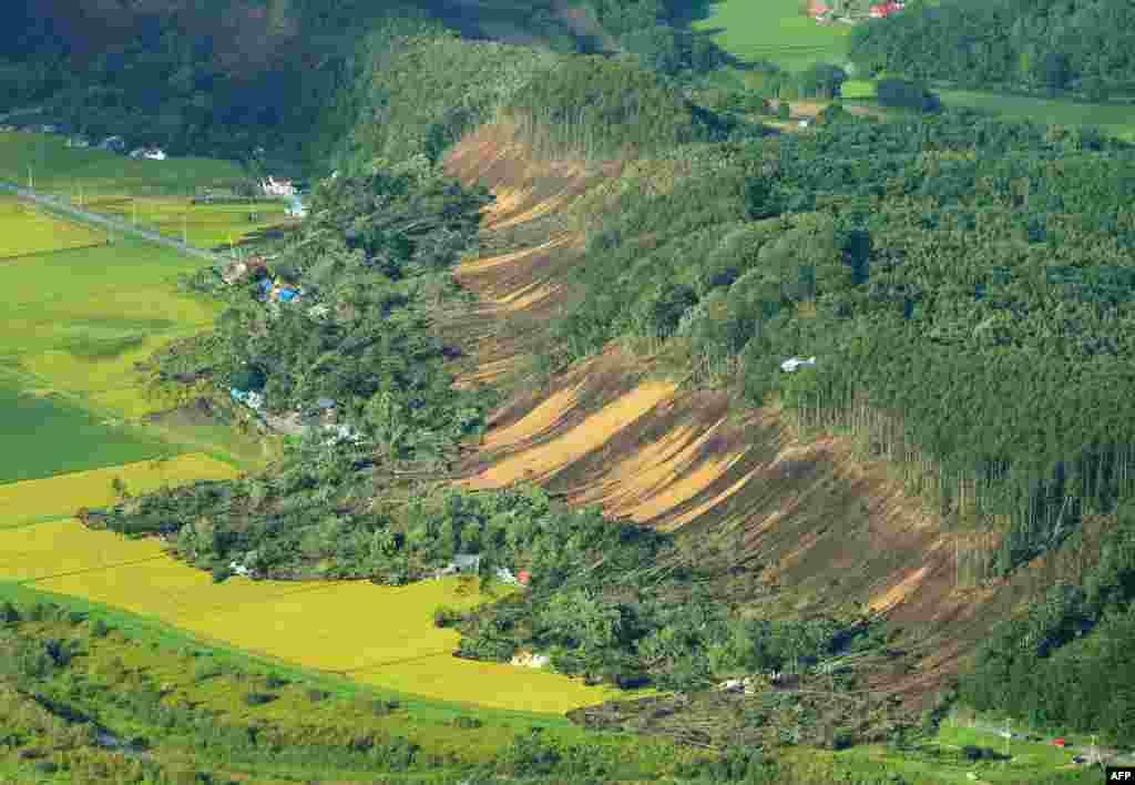 زلزله شدید در منطقه روستايی آتسوما موجب رانش زمين و ويرانی خانه ها شد.