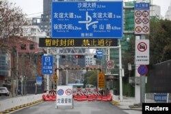 中国湖北武汉市的一条街道被封路。(2020年2月7日)