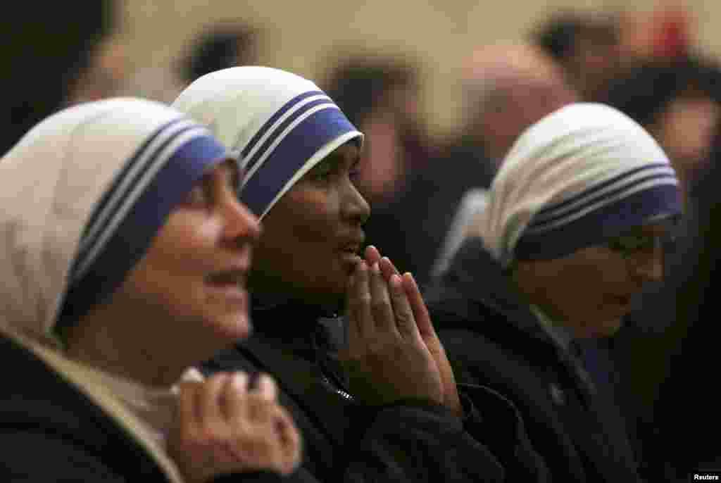Монахини во время католической мессы в церкви Св. Екатерины в Вифлееме