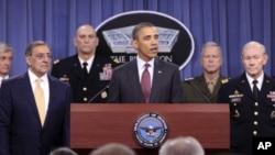 펜타곤에서 열린 기자회견에서 국방예산 감축안을 발표하는 바락 오바마(중앙) 미 대통령