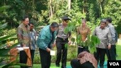 Presiden Susilo Bambang Yudhoyono menanam pohon meranti di Kampus CIFOR, Bogor, Jawa Barat, Rabu (13/6). Penanaman pohon tersebut sebagai upaya penghijauan sekaligus menyambut Konferensi Tingkat Tinggi Bumi yang akan berlangsung di Brazil (foto: Alina Mah