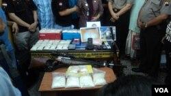 Barang bukti narkotika yang disita dari bagian kelompok jaringan internasional di Karanganyar, Solo (10/10). (VOA/Yudha Satriawan)
