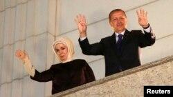 Turkiya bosh vaziri Rajab Toyib Erdog'an va rafiqasi Amina mahalliy saylovlardagi g'alabadan so'ng poytaxtda tarafdorlarini qutlamoqda, Anqara, 30-mart, 2014-yil