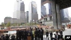 Le maire de New York, Michael Bloomberg, au centre, parlant à la presse à Ground Zero après l'annonce de l'élimination d'Oussama Ben Laden