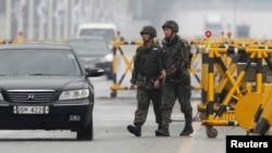 Binh sĩ Hàn Quốc tuần tra tại một trạm kiểm soát gần khu phi quân sự bán đảo Triều Tiên, ở Paju, phía bắc Seoul, 6/4/2013