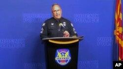 Sersan Tommy Thompson dari Kepolisian kota Phoenix, Arizona Rabu (9/1) berjanji akan mengungkap siapa pelakunya (Foto: AP).
