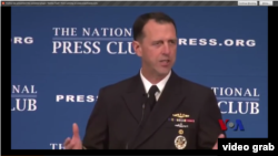Le chef de la marine américaine, l'amiral John Richardson au National Press Club le 11 Janvier 2016 (VOA Video grab).