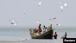 Fishermen catch fish at the shores of Bay of Bengal at Dublar Char in the Sundarbans, Bangladesh, November 10, 2011.