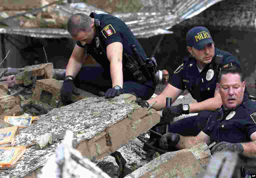 La police de Moore fouillant les décombres de l'école primaire de la « Tower Plaza Addition » après une tornade à Moore, Oklahoma, le 20 mai 2013.