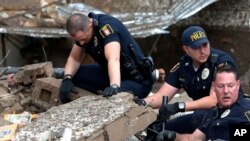 Cảnh sát đào bới đống đổ nát của trường tiểu học Plaza Towers ở thị trấn Moore để tìm người sống sót. Thống đốc Oklahoma Mary Fallin nói với các phóng viên rằng thực là điều hết sức đau lòng cho các bậc cha mẹ đang đi tìm con.