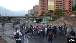 Los estudiantes desafían a las autoridades bloqueando una calle de Caracas. [Foto: Álvaro Algarra, VOA - Caracas, Venezuela]