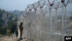 پاک افغان سرحد پر نصب کی جانے والی آہنی باڑ کا ایک منظر