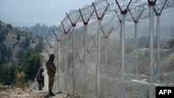 پاکستانی فوج عسکریت پسندوں کی آمد و رفت روکنے کے لیے افغان سرحد کے ساتھ آہنی باڑ لگا رہی ہے۔ فائل فوٹو