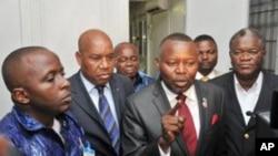 Vitale Kamerhe akizungukwa na wajumbe wa upinzani mbele ya makao makuu ya MLC Kinshasa, Congo