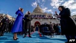賀錦麗宣誓就職成為美國第一位女性副總統