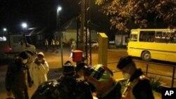 匈牙利警方和陆军官员帮助疏散民众