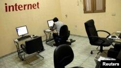 Un usuario de internet en una dependencia de la compañía telefónica estatal, ETECSA, en La Habana.