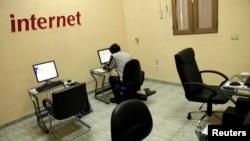 Un utilisateur d'Internet dans une salle de la compagnie de télécommunication dirigée par l'État à La Havane, le 4 juin 2013.