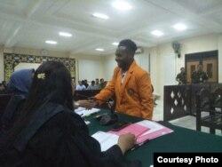 Para terdakwa didampingi pembela hukum dari Koalisi Penegakan Hukum dan HAM Papua. (Foto: PAHAM Papua)