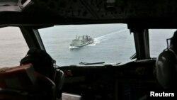 Kapal angkatan laut Australia di Samudera Hindia dilihat dari pesawat AP-3C Orion milik Angkatan Udara Australia (22/3).