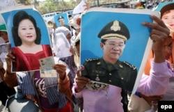 Người dân Campuchia cầm ảnh Thủ tướng Hun Sen và vợ ông trong lúc biểu tình về việc bị mất đất bên ngoài Quốc hội ở Phnom Penh ngày 14/3/2016.