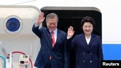 """Tổng thống Hàn Quốc Moon Jae-in và phu nhân tới Hà Nội hôm 22/3. Ông là người """"mối lái"""" cho cuộc gặp thượng đỉnh Trump-Kim dự kiến diễn ra cuối tháng 5 này."""
