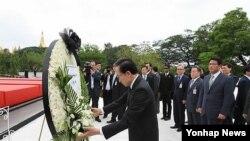 지난 5월 버마 아웅산 테러 현장인 아웅산 국립묘지를 방문한 이명박 한국 대통령. (자료 사진)